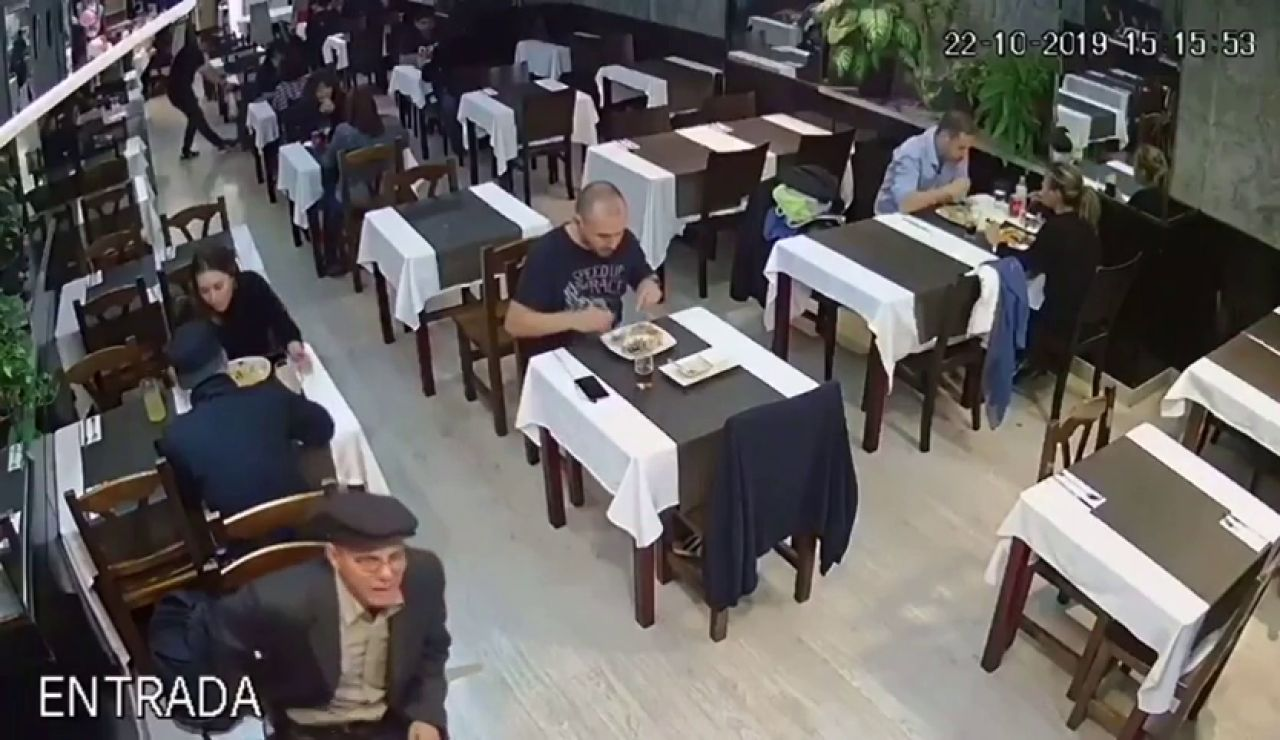 Piden ayuda para identificar al ladrón que aparece en un vídeo robando una mochila en Barcelona