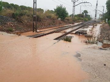 Vías del tren inundadas por los efectos de la DANA entre Salou y Cambrils