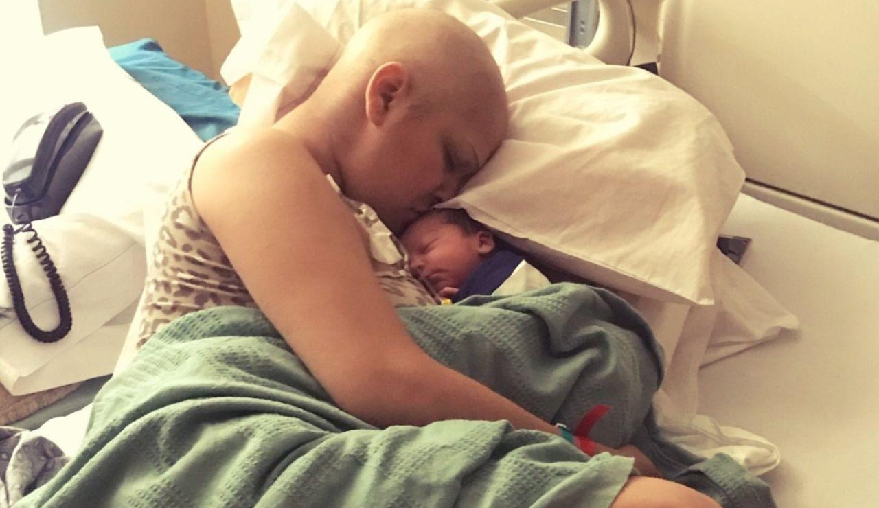 Jade Davis junto al bebé