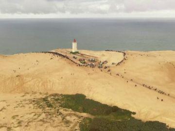 Trasladan un faro en Dinamarca tierra adentro para evitar que sea tragado por el mar