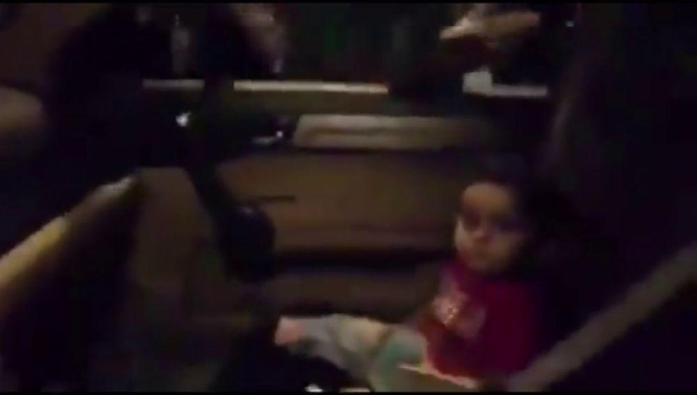 Cantan a coro 'Baby Shark' para tranquilizar a un niño asustado en las protestas de Líbano