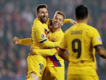 Messi celebra con Arthur su gol al Slavia