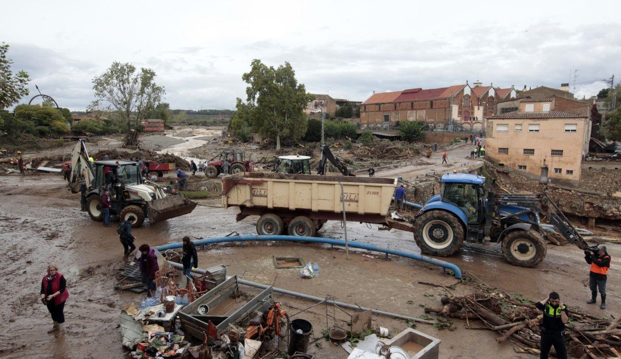 Varios operarios y vecinos realizan tareas de desescombro y limpieza en L'Espluga de Francolí (Tarragona).