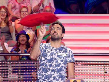 Arturo Valls confunde con un famoso cantante a un concursante malabarista de '¡Ahora caigo!'