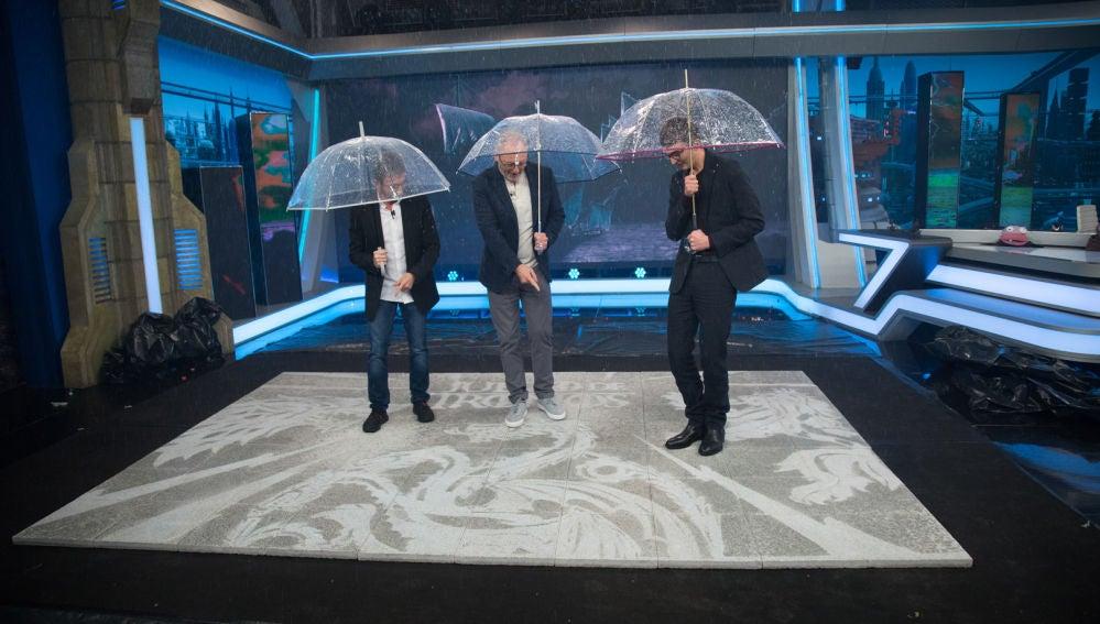 El espectacular homenaje a 'Juego de Tronos' con lluvia dentro del plató de 'El Hormiguero 3.0'
