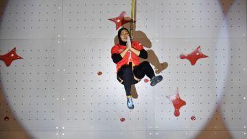 Aries Susanti tras batir el récord del mundo de escalada en velocidad