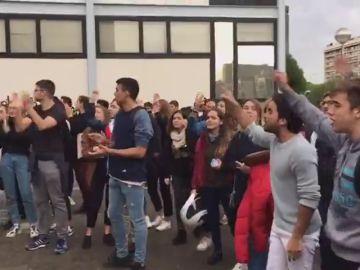 """Cientos de manifestantes protestan contra el cierre de la Universidad de Barcelona: """"Las aulas son de todos"""""""