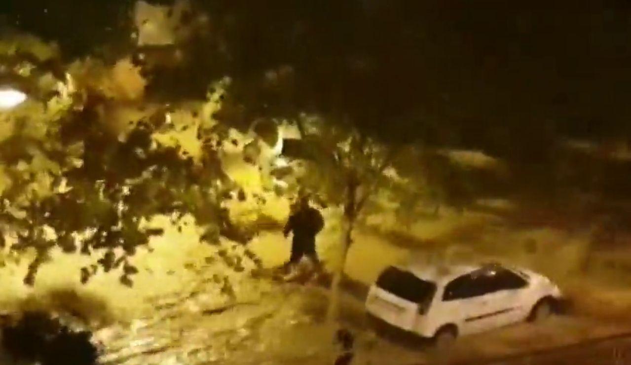 El momento en el que una riada arrastra a la víctima de Arenys de Mar