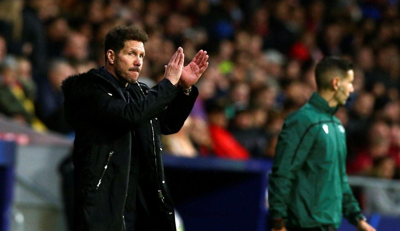 Simeone aplaude en la banda del Wanda Metropolitano