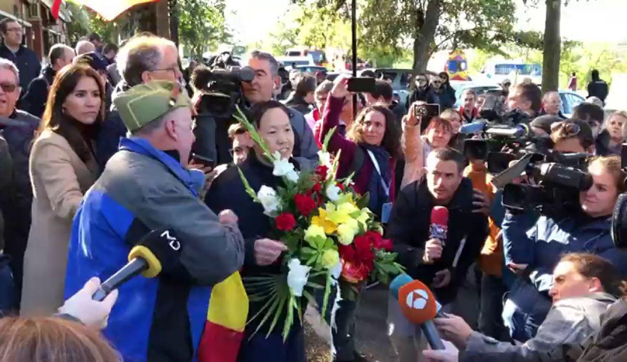 Discusión entre un hombre vestido de legionario y Mister Chen, el chino defensor de Franco