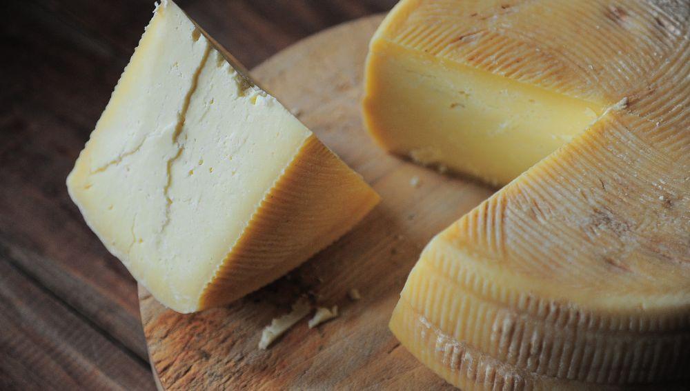 No deberías guardar el queso en film transparente