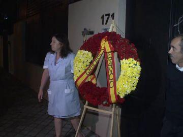 Una bandera franquista y una corona de flores preside la casa de Francisco Franco