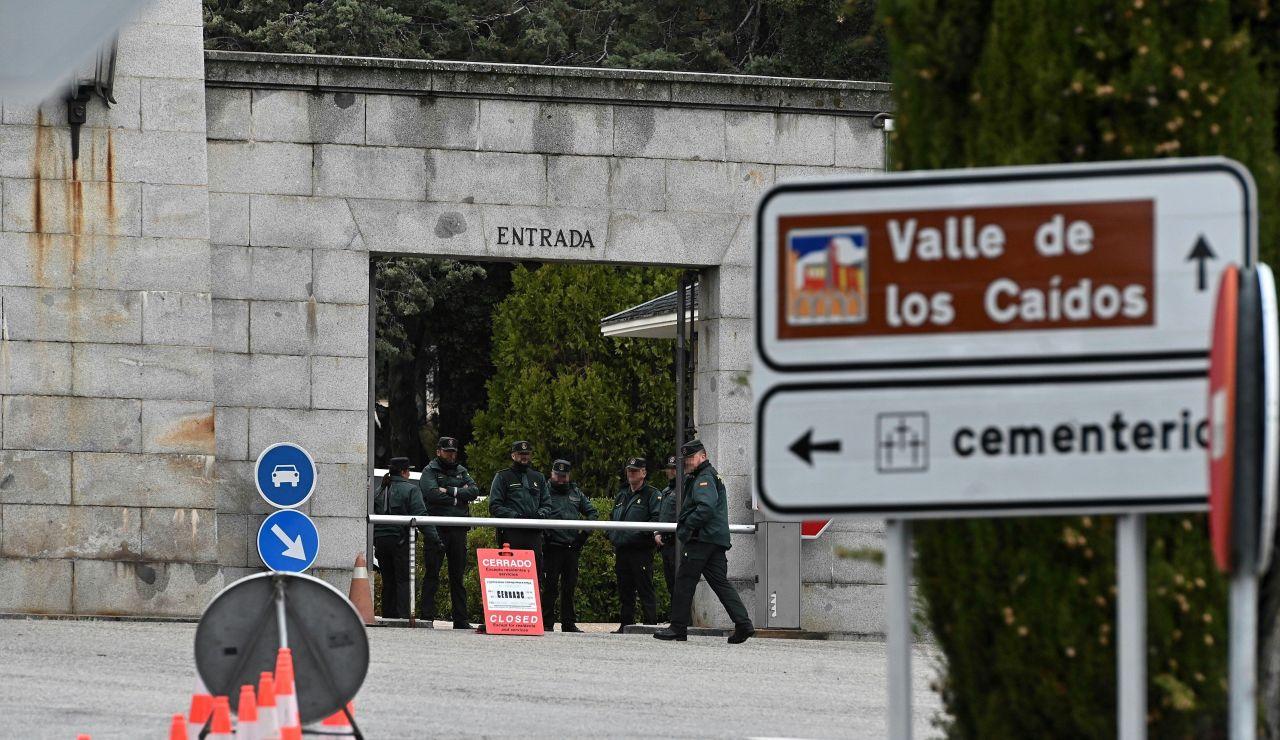 Vista varios dos guardias civiles a la entrada de el Valle de los Caídos
