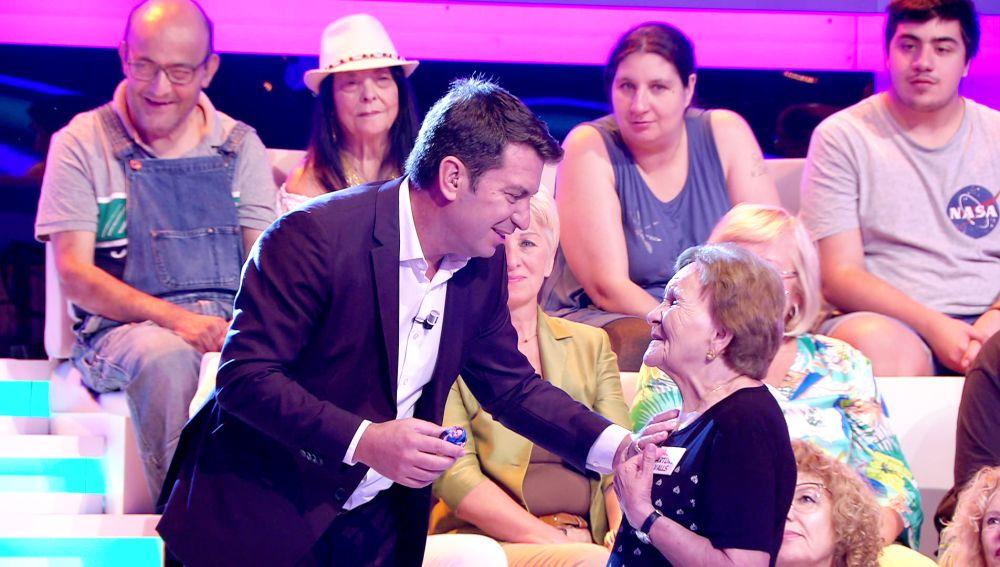"""El cariñoso homenaje de Arturo Valls a Palmira Gogó en '¡Ahora caigo!': """"Soy tu 'foweller' número 1"""""""