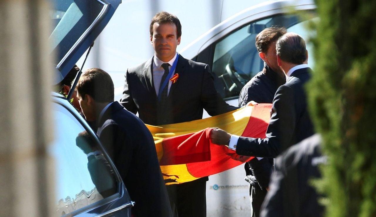 Los familiares reciben el coche fúnebre que contiene el ataúd con los restos mortales de Francisco Franco