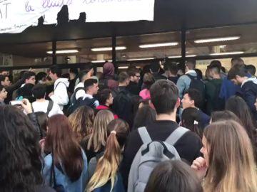 Los piquetes impiden el acceso a los estudiantes de la facultad de economía de la Universidad de Barcelona