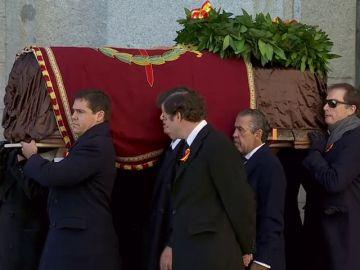 Corona de laurel, rosas, escudo de armas y vivas de la familia para despedir a Franco