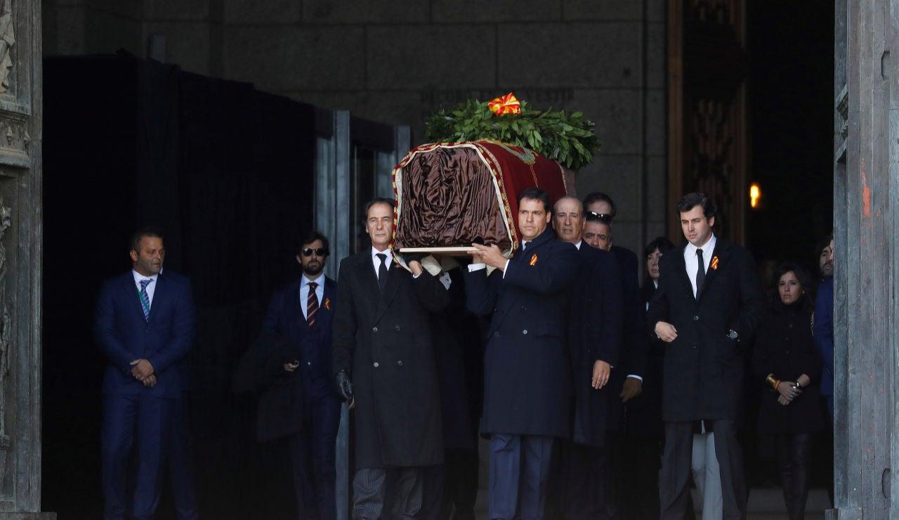 Los familiares de Franco trasladan el ataúd