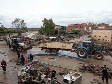 arios operarios y vecinos realizan tareas de desescombro y limpieza en L'Espluga de Francolí