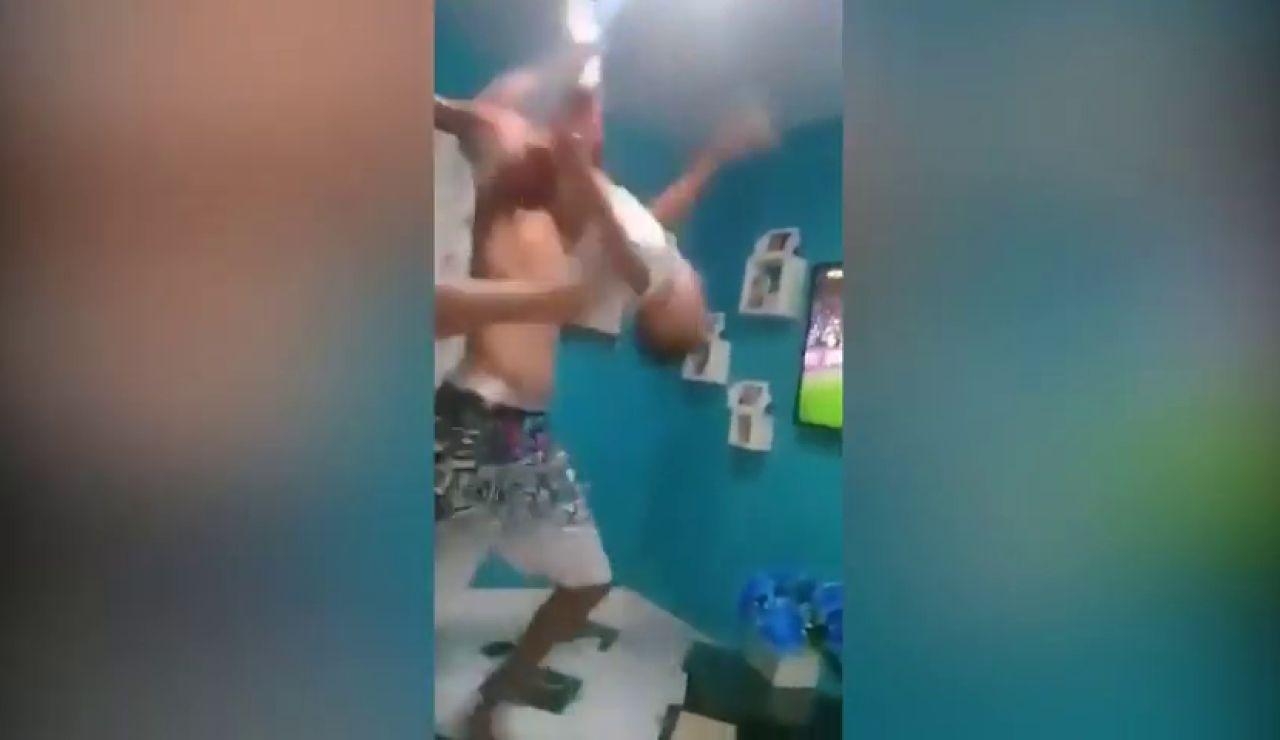 El impactante maltrato a un menor de un hincha del Flamengo celebrando un gol