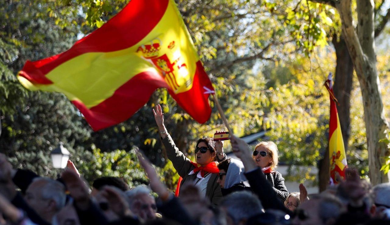 Un grupo de personas realizando gestos fascistas se concentran en el acceso del cementerio de El Pardo-Mingorrubio