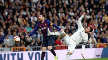 Sergio Ramos intenta despejar un pase hacia Messi