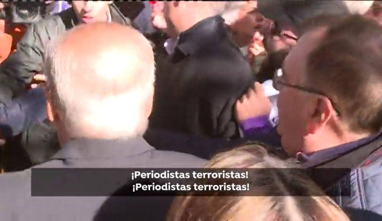 Dan dos puñetazos a una periodista de Antena 3 Noticias en la concentración contra la exhumación de Franco