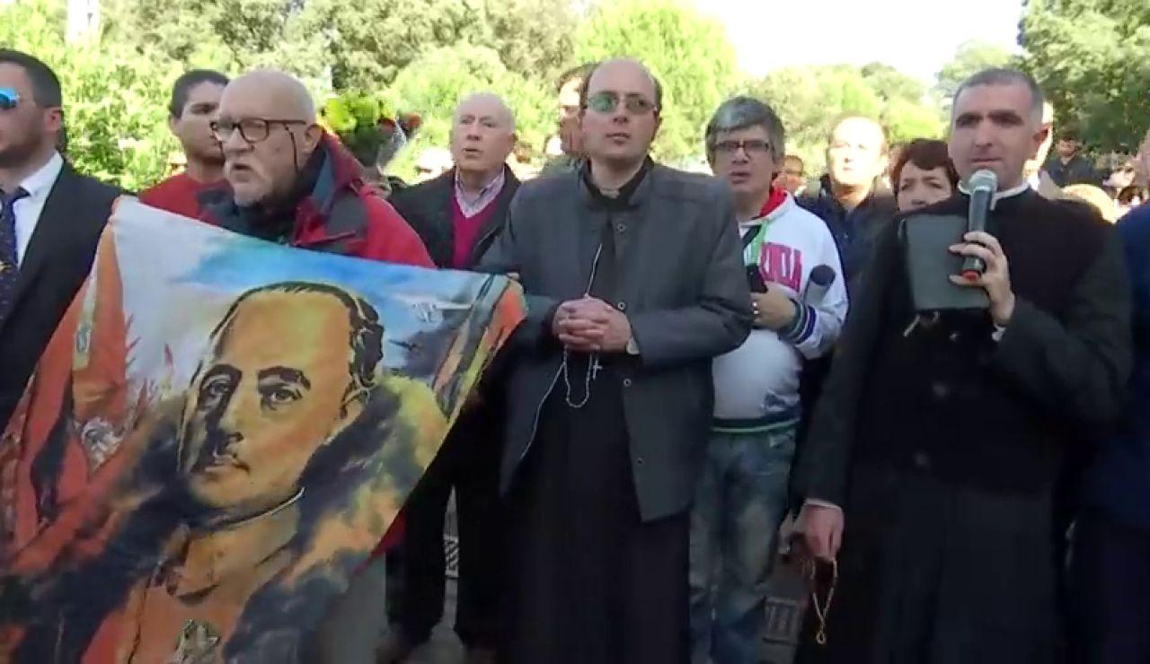 Un grupo de franquistas deja flores en el cementerio de Mongorrubio
