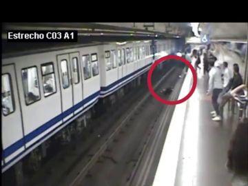 Una joven cae a las vías del Metro