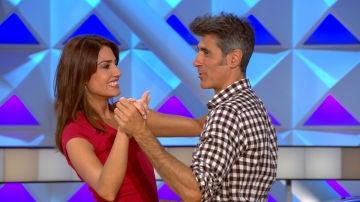 El elegante baile de Jorge Fernández y Laura Moure al son de la banda de 'La ruleta de la suerte'