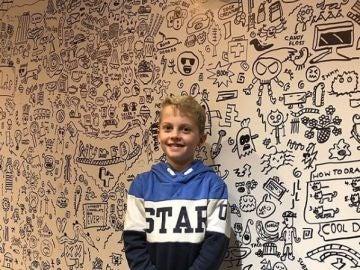 El niño con las paredes del restaurante de fondo