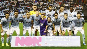 Los jugadores del Celta con la pancarta contra la violencia de género