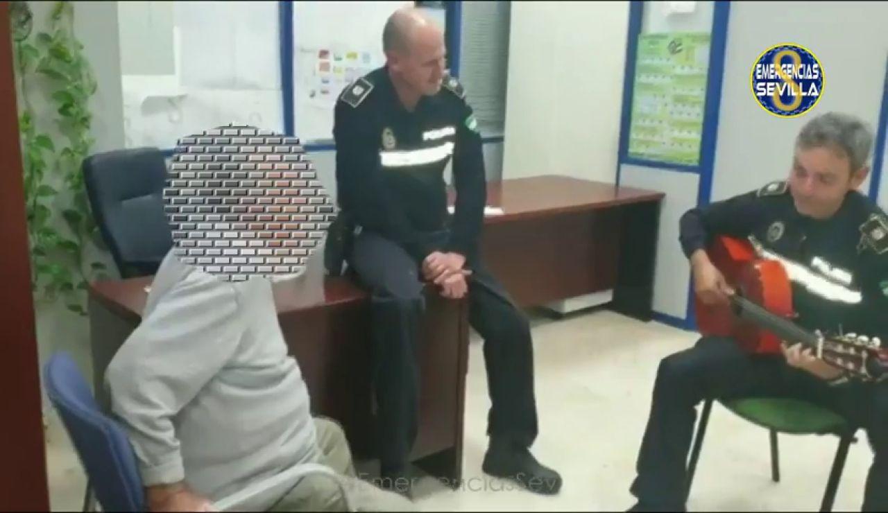 Un policía toca la guitarra para tranquilizar a un hombre con alzheimer