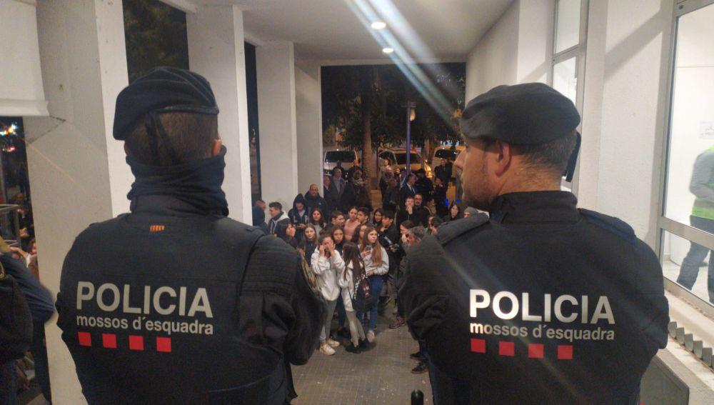 Los Mossos d'Esquadra a la entrada del acto