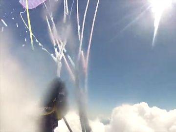 La increíble imagen de un parapente que se congela al atravesar una nube