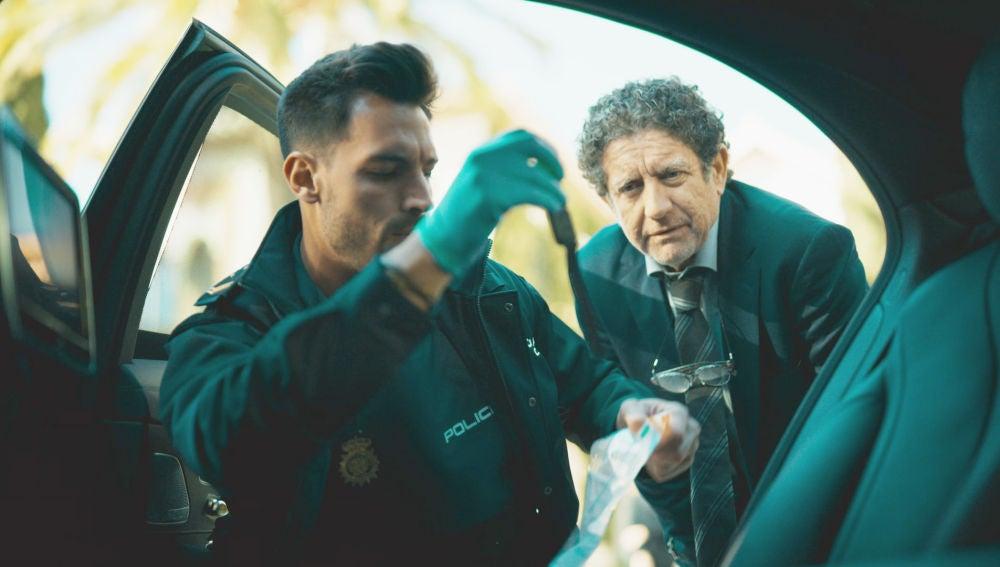 Zapata detiene a Ángel como sospechoso del asesinato de Philip Norman