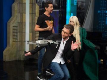 Pablo Alborán y Ava Max, fascinados con las hélices in-quietas de 'El Hormiguero 3.0'