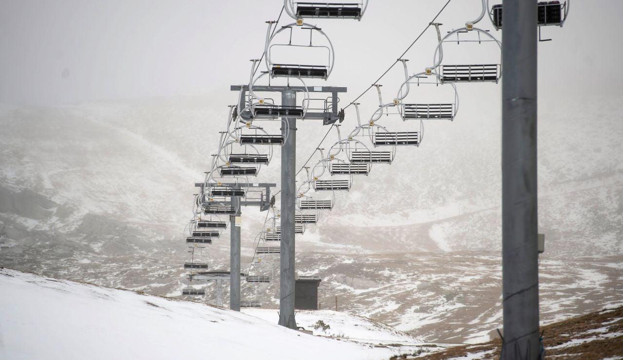 Primeras nieves en la estación de esquí de Alto Campoo en Cantabria