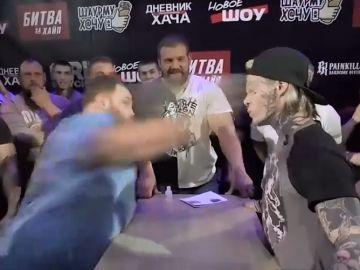 Vasily golpeando duramente a su rival