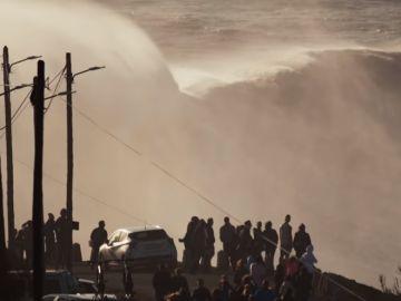 Una ola gigante 'azotando' la costa de Nazaré