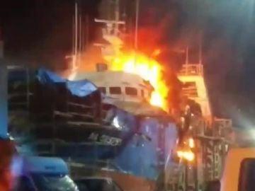 Aparatoso incendio en un barco de Vizcaya