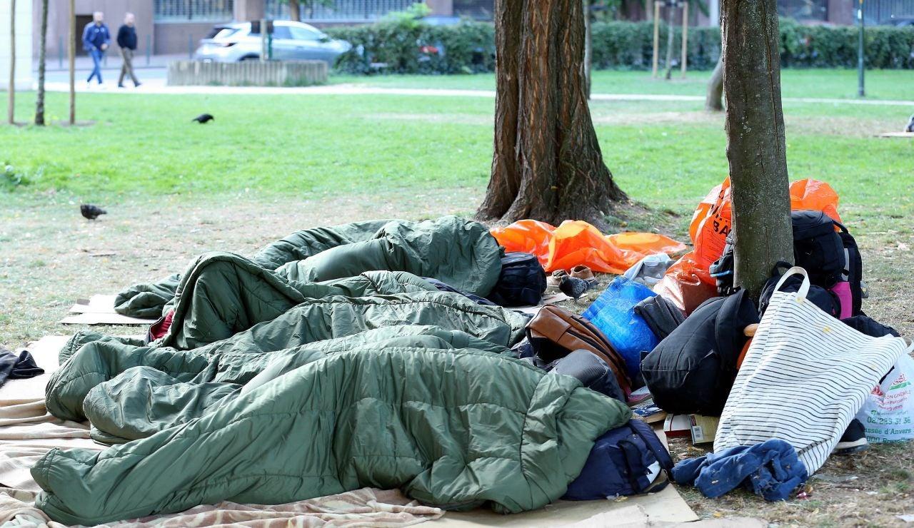 Un sintecho durmiendo en la calle