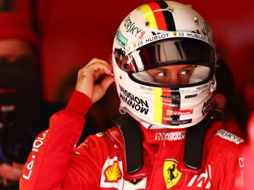 Sebastian Vettel se coloca su casco