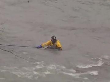 Un hombre a punto de caer por las Cataratas del Niágara