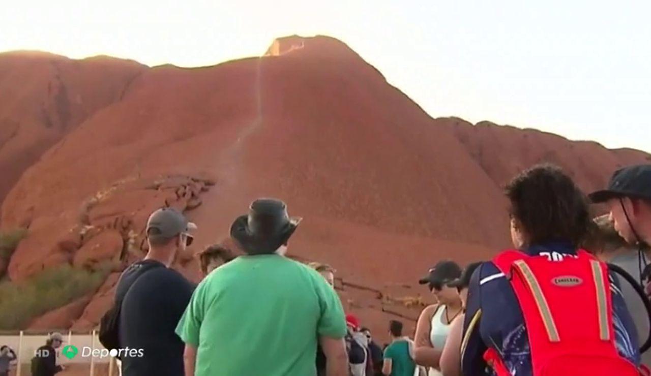 Australia prohíbe escalar el Uluru, monte sagrado para los aborígenes australianos