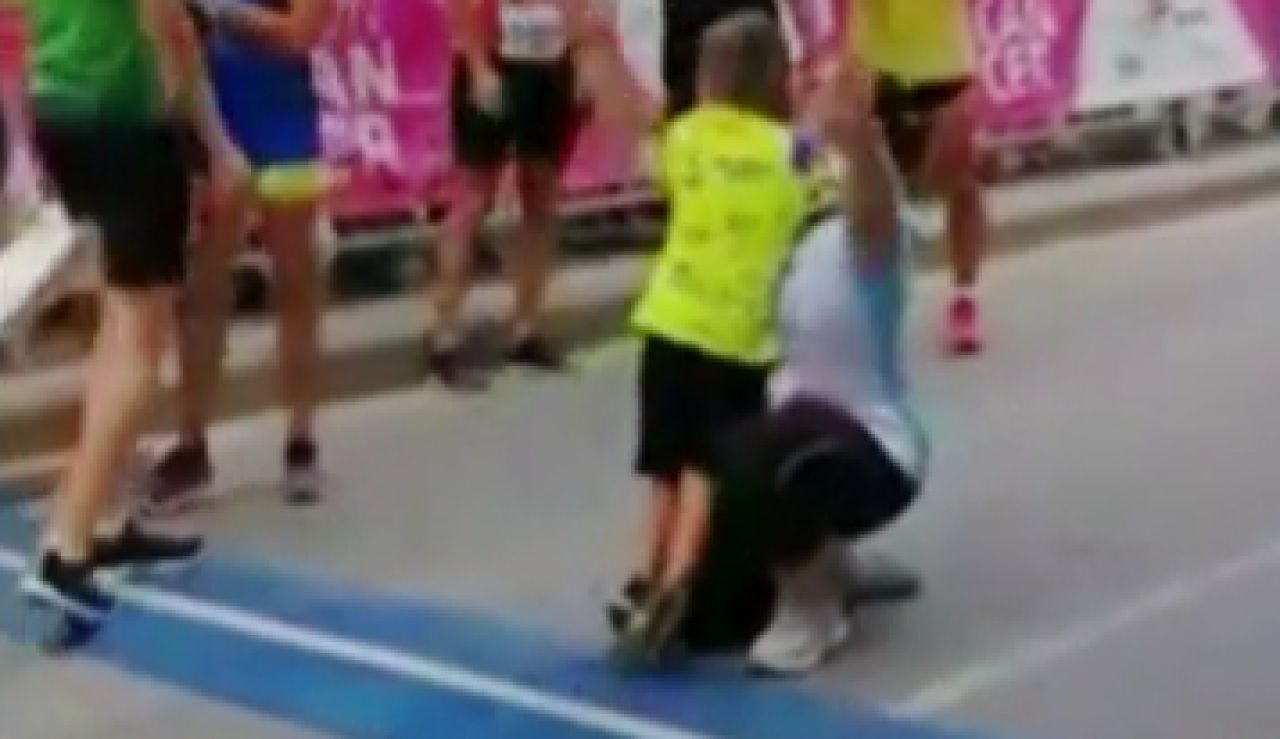 El momento en el que Carlos abraza a su madre tras finalizar la carrera
