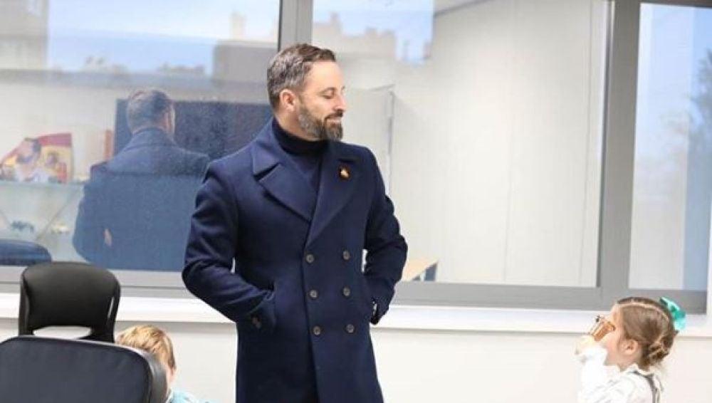 Abascal visita con sus familiares la sede de Vox