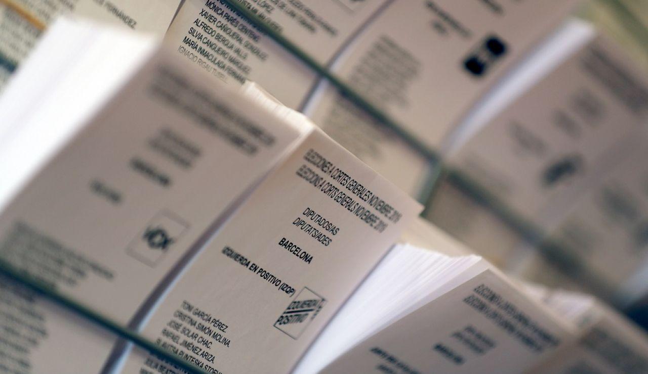 Detalle de papeletas electorales en el Colegio Francesc Maciá de Barcelona