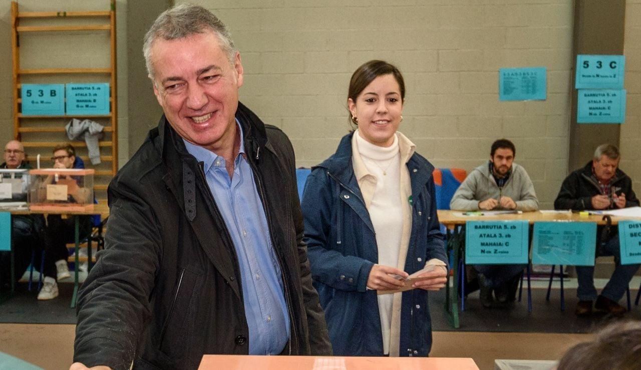 El lehendakari, Iñigo Urkullu tras votar junto a su hija, Malen Urkullu en un colegio electoral en Durango, Bizkaia