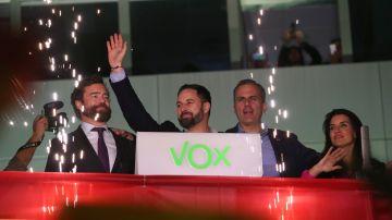 Vox sale a saludar a sus votantes junto con Rocío Monasterio, Espinosa de los Monteros y Ortega Smith
